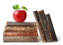 Alte Bücher und Apfel stockbilder