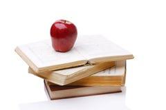 ALTE Bücher und Apfel Stockfotografie