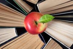 Alte Bücher und Apfel des gebundenen Buches Stockfoto