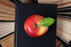Alte Bücher und Apple Stockbild