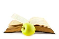 Alte Bücher und Apple Lizenzfreie Stockfotos