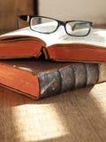 Alte Bücher und Brillen Lizenzfreie Stockfotos