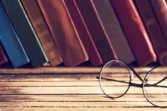 Alte Bücher und Brillen des gebundenen Buches Stockfoto