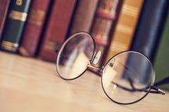 Alte Bücher und Brillen des gebundenen Buches Lizenzfreies Stockbild