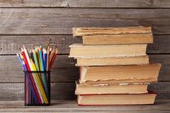 Alte Bücher und bunte Bleistifte Stockfoto