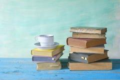 Alte Bücher und ein Tasse Kaffee Lizenzfreie Stockfotografie