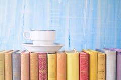 Alte Bücher und eine Kaffeetasse, Nahaufnahme Stockfotografie
