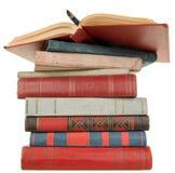 Alte Bücher und Feder Stockfotografie