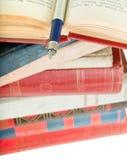 Alte Bücher und Feder Lizenzfreies Stockfoto