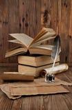 Alte Bücher und Feder Lizenzfreies Stockbild