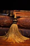 Alte Bücher und Feder Stockfotos