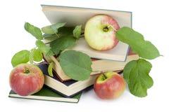 Alte Bücher und frische Äpfel Stockbild