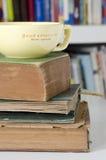 Alte Bücher und gelbe Schale Stockbild