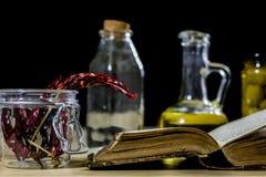 Alte Bücher und Gewürze Getrocknete Pfeffer und Rezepte Alte Küchetabelle Lizenzfreie Stockfotografie