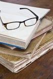 Alte Bücher und Gläser Stockfotografie