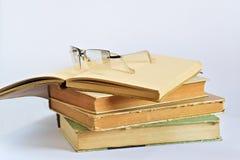 Alte Bücher und Gläser Lizenzfreies Stockfoto