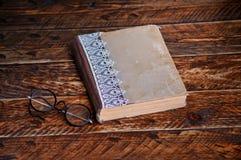 Alte Bücher und Gläser auf dem Tisch Lizenzfreie Stockbilder