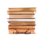 Alte Bücher und Gläser lokalisiert auf weißem Hintergrund geschichte Lizenzfreies Stockbild