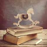Alte Bücher und hölzernes Spielzeugpferd Lizenzfreie Stockfotografie