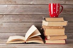 Alte Bücher und Kaffeetasse Stockbilder