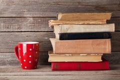 Alte Bücher und Kaffeetasse Stockfotos