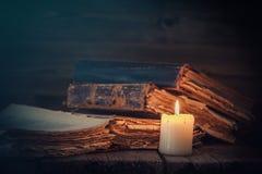 Alte Bücher und Kerze Lizenzfreies Stockfoto