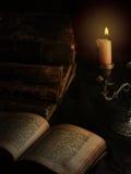 Alte Bücher und Kerze Stockbild