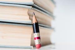 Alte Bücher und kleiner perfekter Bleistift Lizenzfreie Stockbilder