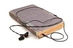 Alte Bücher und Kopfhörer Stockfoto