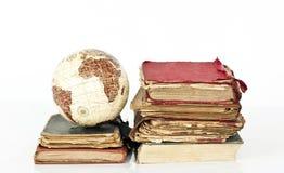 Alte Bücher und Kugelerde Stockfoto
