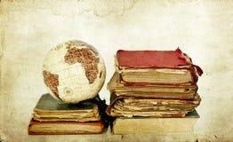 Alte Bücher und Kugelerde Lizenzfreies Stockfoto