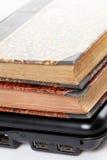 Alte Bücher und Laptop Lizenzfreie Stockbilder