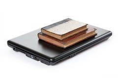 Alte Bücher und Laptop Lizenzfreies Stockbild