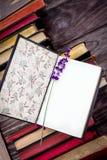 Alte Bücher und Lavendel Lizenzfreies Stockbild