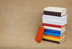 Alte Bücher und Lehrbücher des hohen Stapels auf Segeltuch Lizenzfreie Stockfotografie