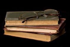 Alte Bücher und Lesegläser Stockfoto
