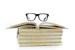 Alte Bücher und Lesegläser Lizenzfreie Stockfotos