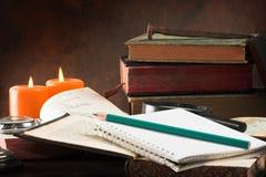 Alte Bücher und Notizblock Lizenzfreies Stockbild