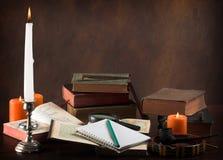 Alte Bücher und Notizbuch Stockfotografie