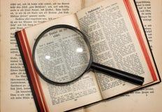 Alte Bücher und Objektiv Lizenzfreie Stockfotografie