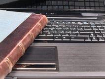 Alte Bücher und PC Stockbild