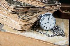 Alte Bücher und pocketwatch Stockfotografie