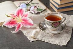 Alte Bücher und Post mit antiker Tasse Tee Stockfotos