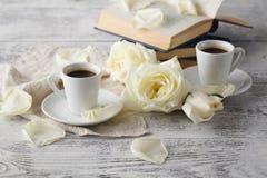 Alte Bücher und Post mit antiker Tasse Tee Lizenzfreies Stockfoto