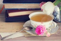 Alte Bücher und Post mit Tasse Tee Stockbild