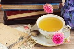 Alte Bücher und Post mit Tasse Tee Lizenzfreies Stockbild