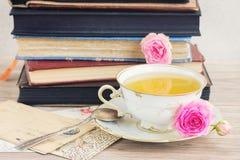 Alte Bücher und Post mit Tasse Tee Stockbilder