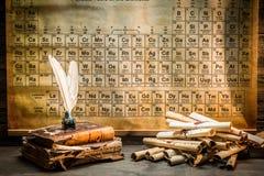 Alte Bücher und Rollen in der chemischen Forschung Lizenzfreies Stockfoto