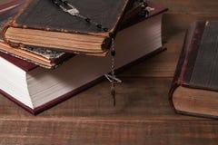 Alte Bücher und Rosenbeet Katholischer u. x28; Gebet beads& x29; Lizenzfreie Stockfotos