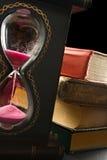 Alte Bücher und Sandglas Lizenzfreies Stockfoto